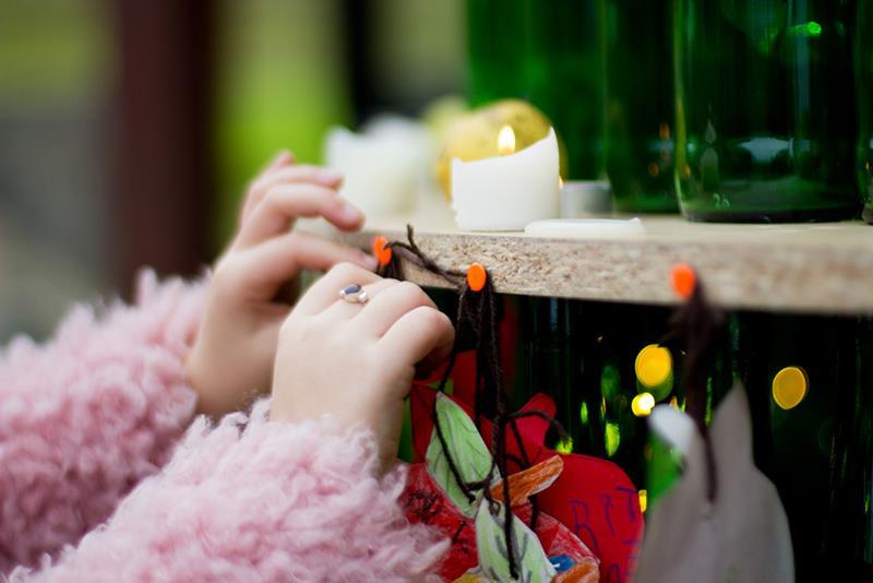 Decoración del pino de navidad de Sagardoetxea con manzanas y velas