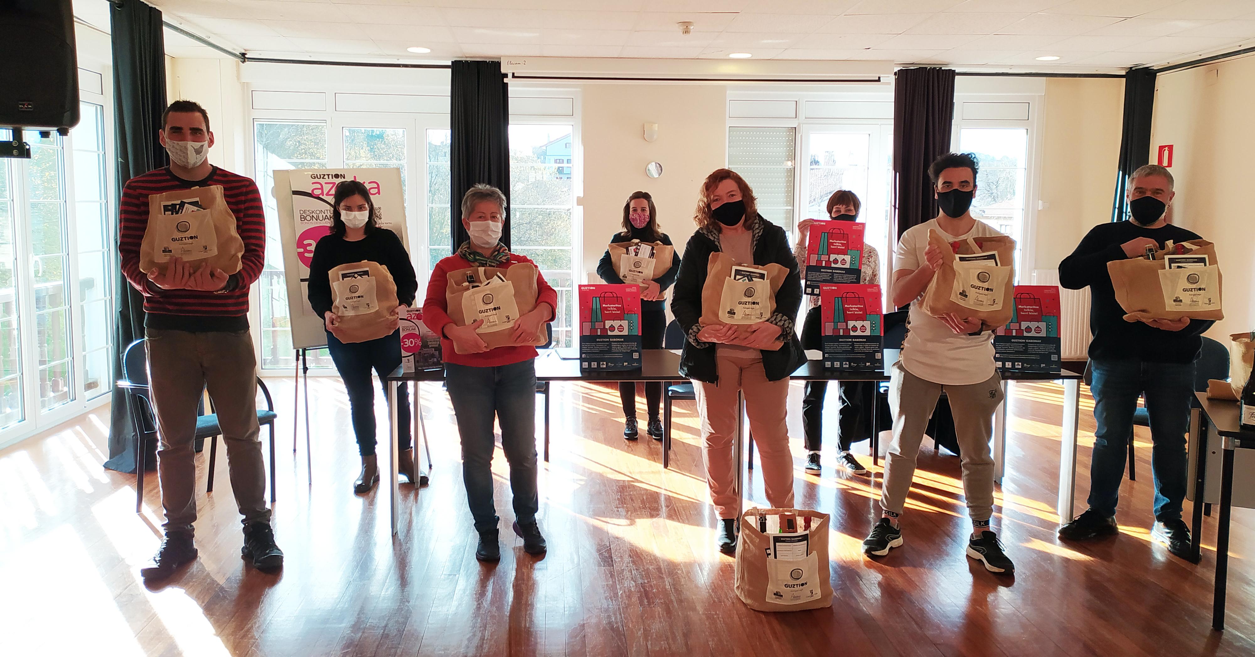 Tiendas, bares y servicios de Astigarraga repartirán cien cestas durante la campaña 'Guztion Gabonak'